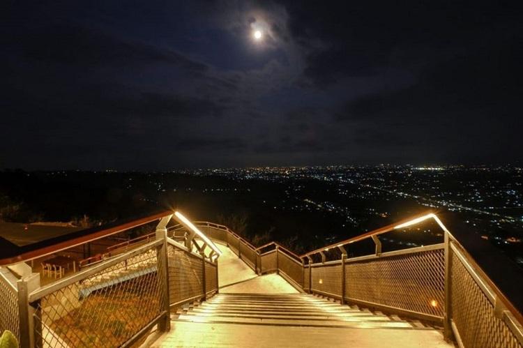 Tangga di Heha Sky View, Sumber : todo-imageness.blogspot.com